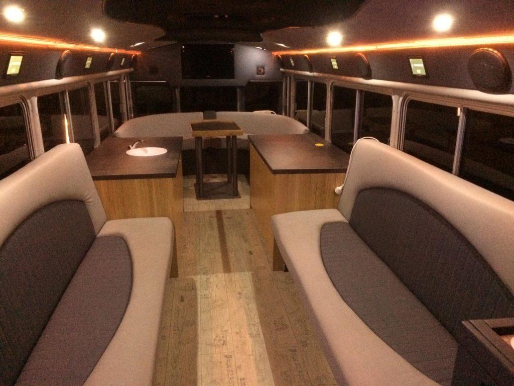 Cocktail-Bus zum Mieten von innen mit integrierter cocktail-box, der Cocktailmaschine als mobile Cocktail-Lounge.