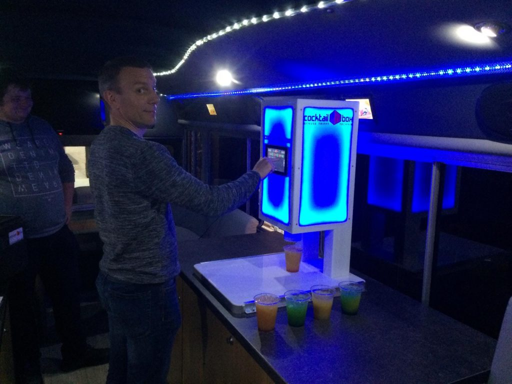 Cocktail-Bus von innen in Aktion. Zum Mieten mit integrierter cocktail-box, der Cocktailmaschine als mobile Cocktail-Lounge.
